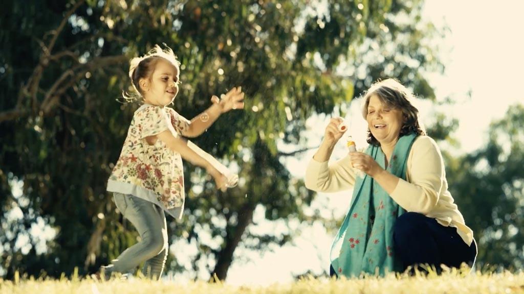 nonna gioca con la nipotina